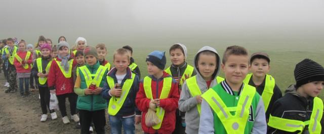 Wycieczka w okolicach szkoły - wdrażanie dzieci w zasady bezpieczeństwa, noszenie odblaskowych kamizelek.